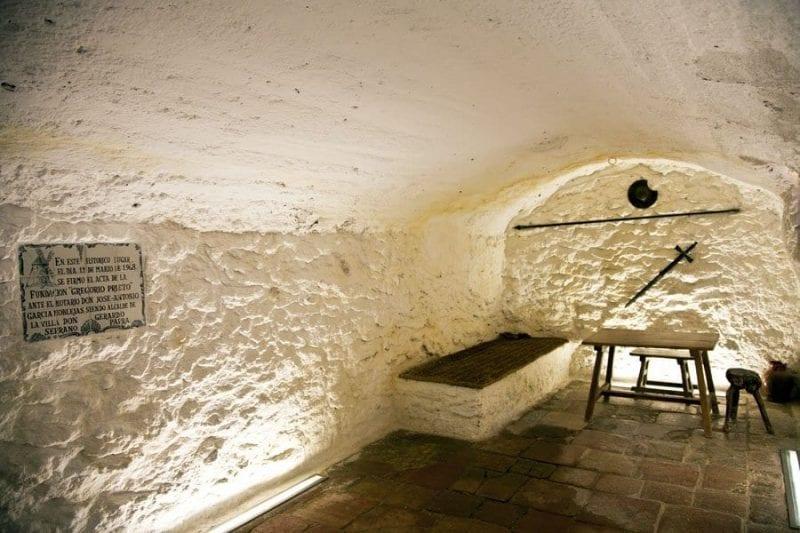 Interior de la cárcel-cueva de Medrano