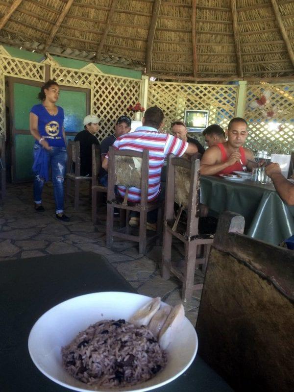 Plato de arroz con frijoles o habichuelas en un bar de carretera en Cuba
