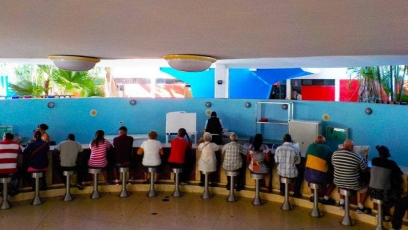 Barra de la heladería Coppelia de La Habana