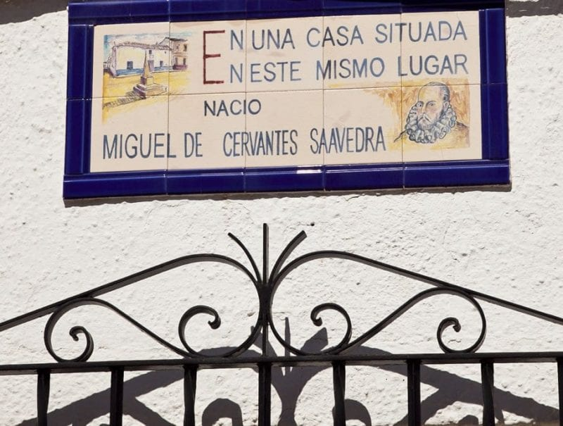 "Placa en la puerta de la ""casa natal"" de Cervantes en Alcazar de San Juan"