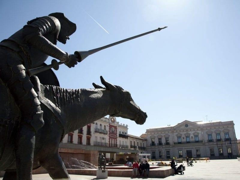 Escultura en honor a Don Quijote en la plaza del Ayuntamiento de Alcazar