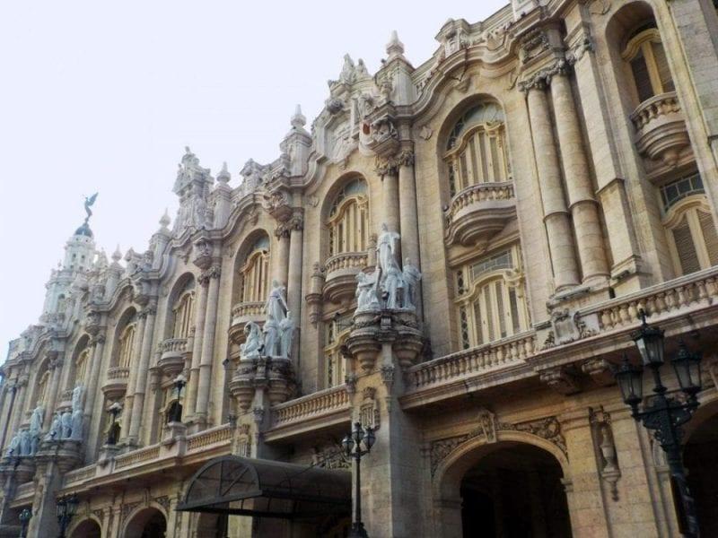 Fachada del antiguo centro gallego de La Habana