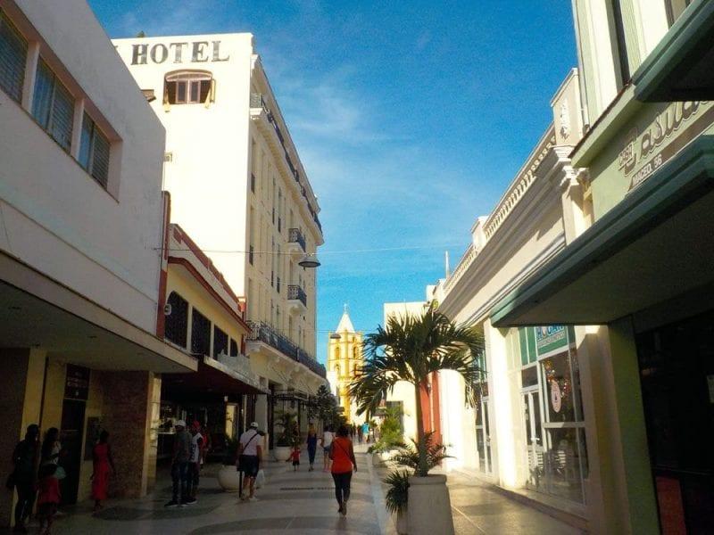 En las ciudades grandes y en la costa hay hoteles