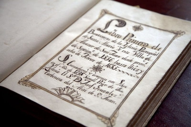 Portada del libro de bautismo de Cervantes