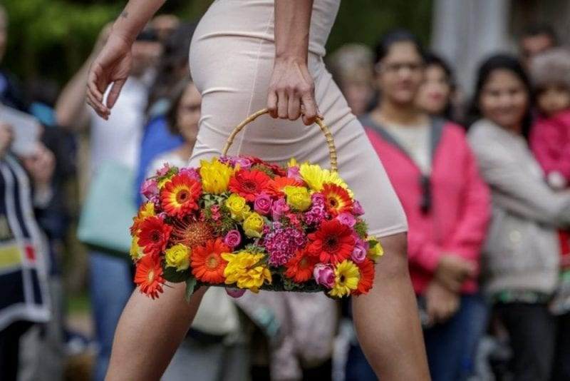 Bolso de flores visto en un desfile en Keukenhof