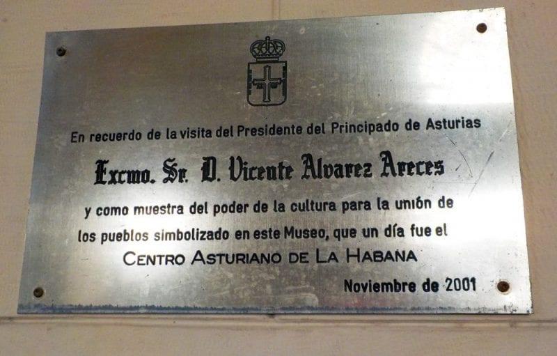 Placa en el interior del Centro Asturiano de La Habana