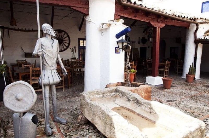 Escultura de Don quijote en la venta de Puerto Lápice