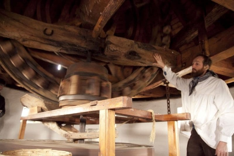 Juan Bautista en el interior de un molino