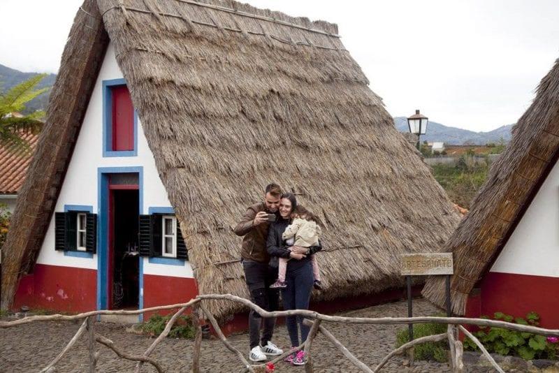 Una pareja se hace una foto en las casas de Santana
