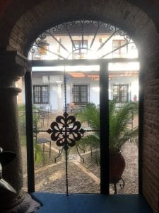 Vista de uno de los patios del hotel Retiro del Maestre