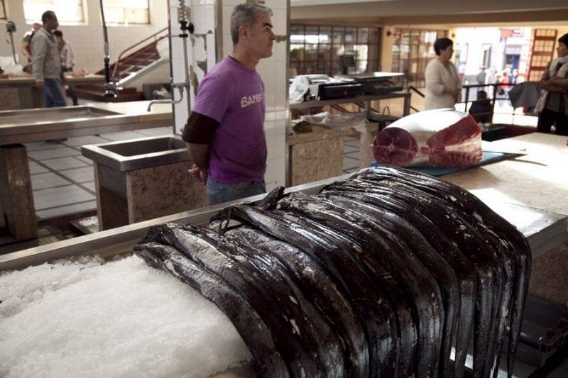 Puesto de pez espada en el mercado