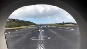 Vista de la pista del aeropuerto en Funchal