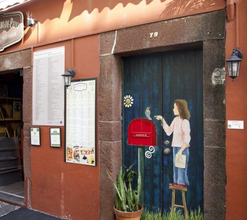 Detalle de una puerta pintada
