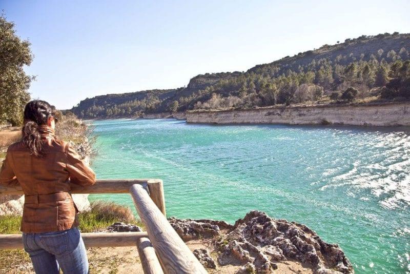 El agua de las lagunas de Ruidera tiene tonos turquesa