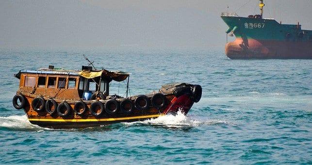 Los sampanes surcan la bahía