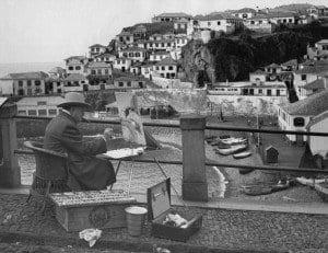 Churchill pintando acuarelas durante su estancia en Madeira