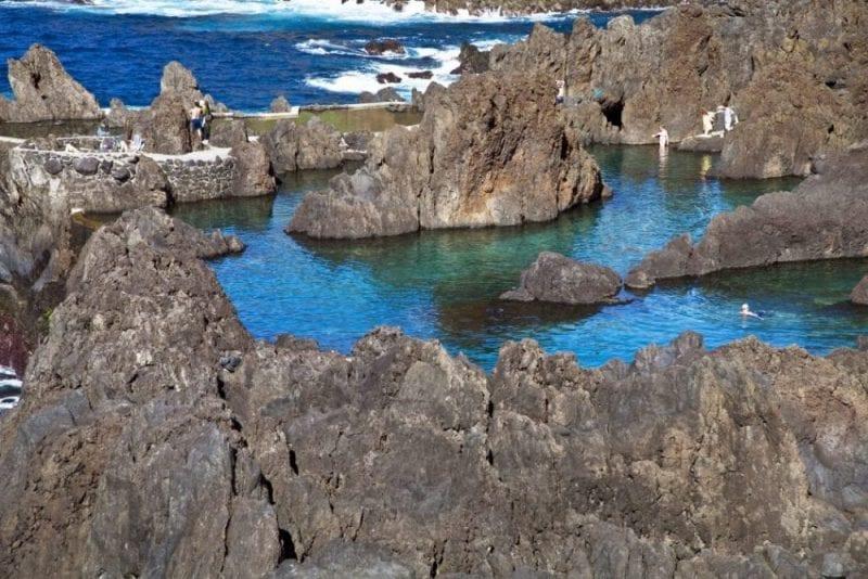 En Porto Moniz nadas en piscinas naturales de lava