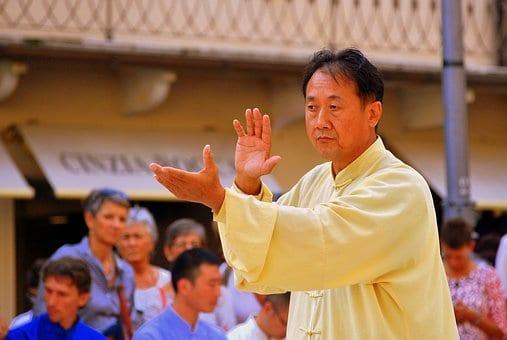 Los maestros del tai chi dirigen a los grupos