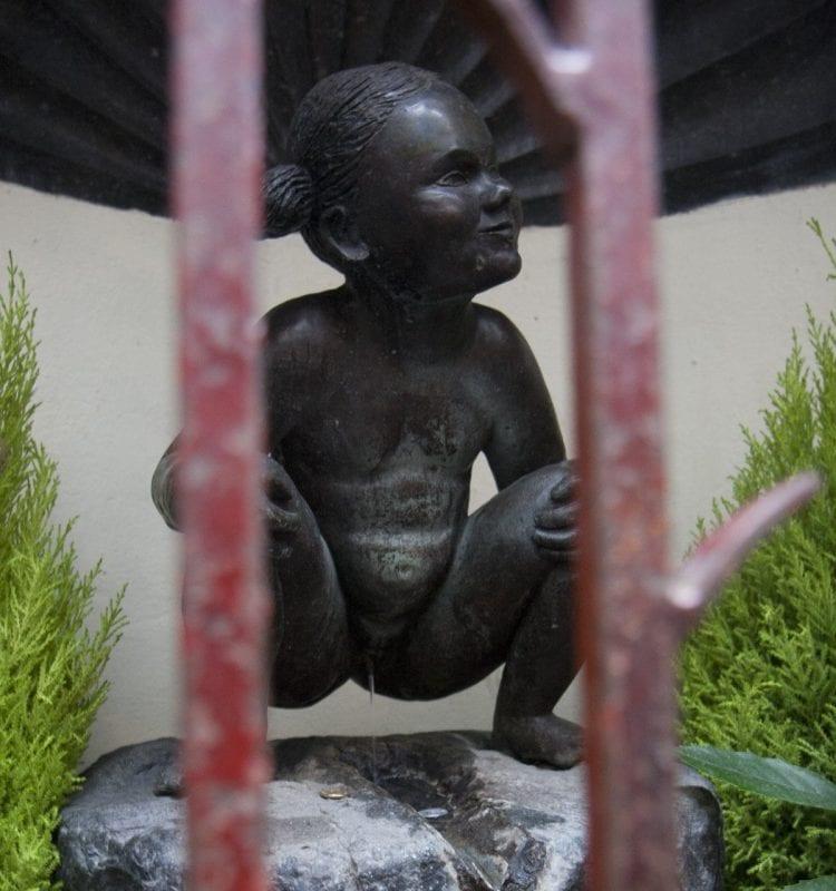 La niña meona se esconde de las miradas indiscretas en el Impasse de la Fidélité, (Callejón de la Fidelidad)