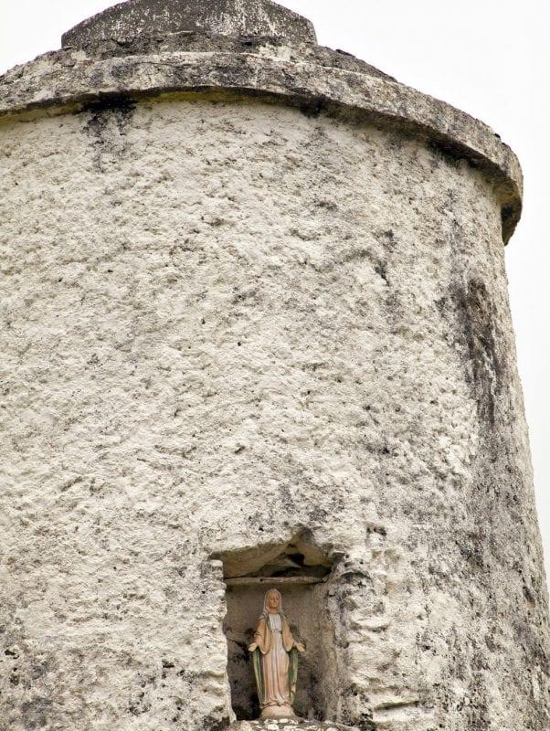 Una virgen contempla el mar en Inishbofin