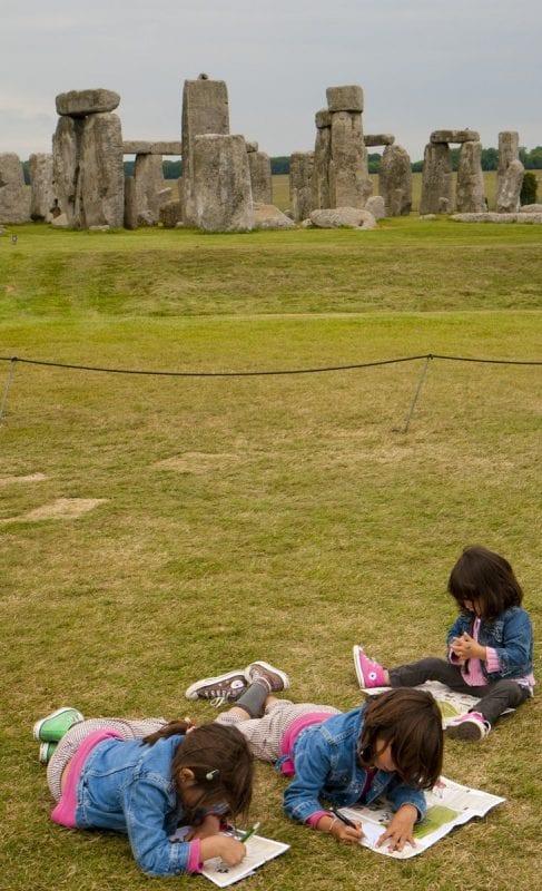 Los niños reciben un cuaderno de actividades