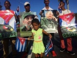 Cubanos con fotos de Fidel Castro el día de su entierro
