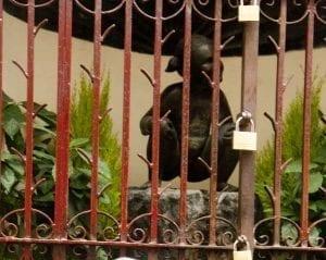 Jeanneke se oculta tras una verja cerrada con candados