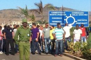 Cubanos en las puertas del cementerio de Santa Ifigenia