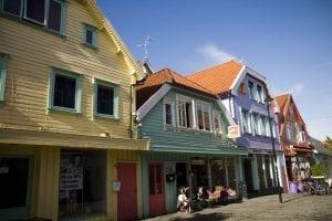 La calle Ovre Holmegate está llena de casas de madera de colores chillones.