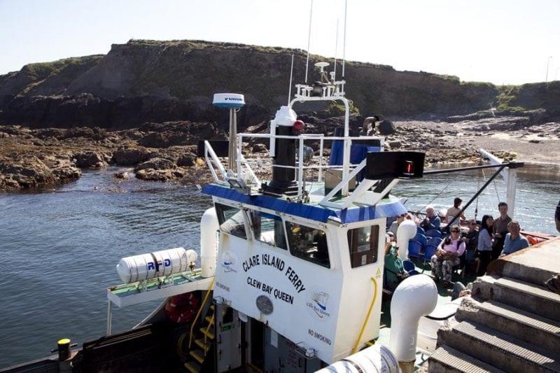 En verano hay barcos continuamente a la isla