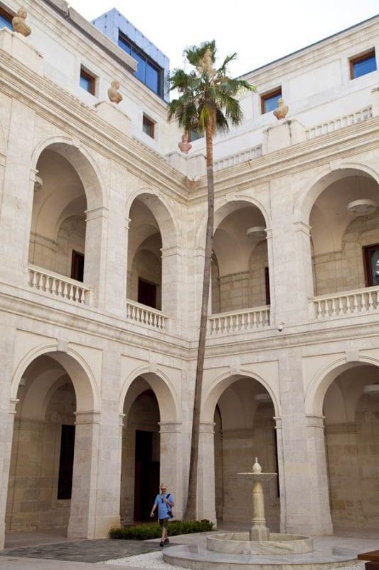 Clautro de acceso al Museo de Málaga