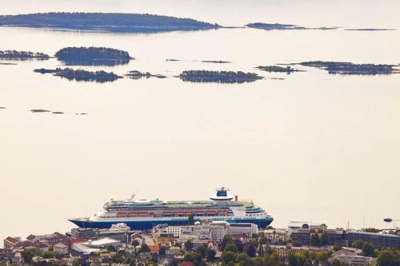 El Monarch atracado en el puerto de Molde