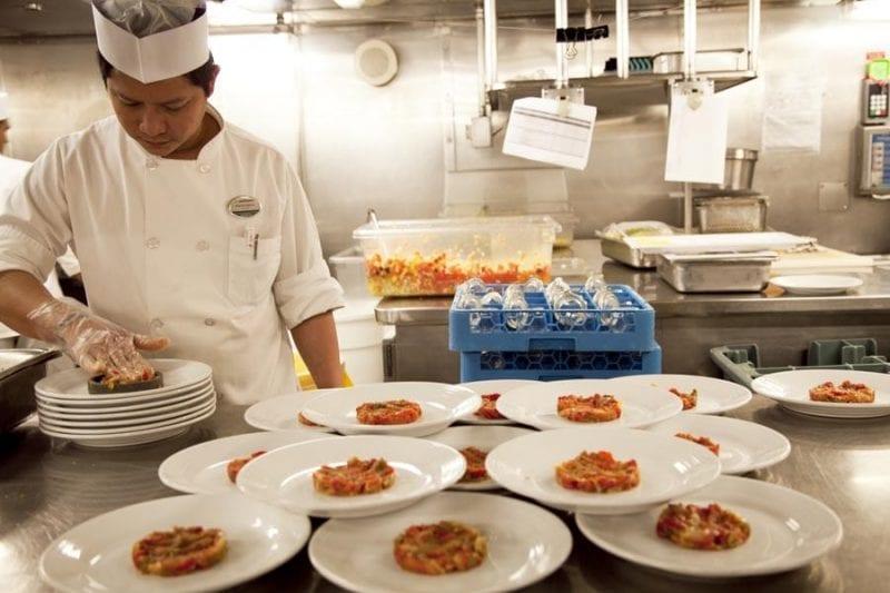 Elaboración del tartar de tomate en cocina