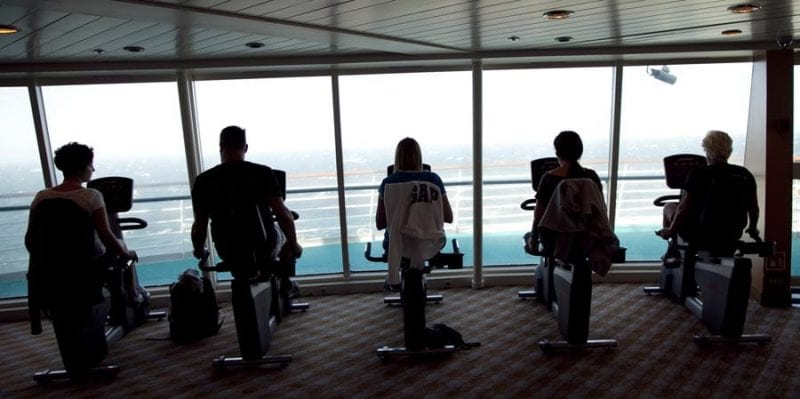 El gimnasio del barco con vistas al mar