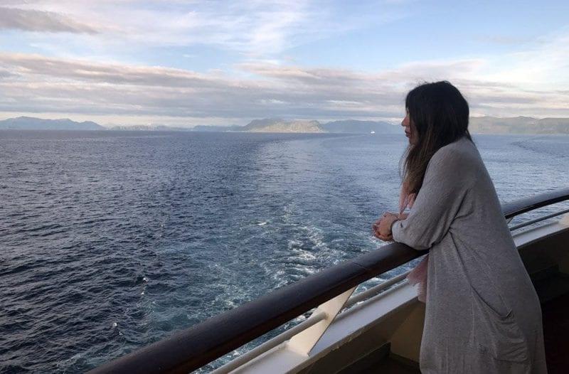 Contemplando el mar en cubierta