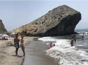 La piedra, seña de identidad de la playa de Monsul