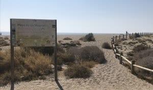Cartel a la entrada de la Playa de los Muertos