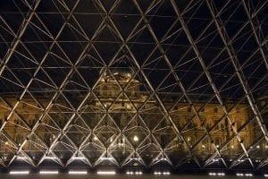 Silueta del Louvre desde la pirámide de la entrada