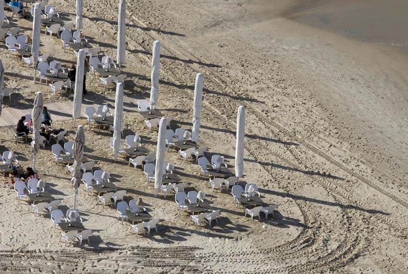 Las playas de Tel Aviv están equipadas con cafés, restaurantes...