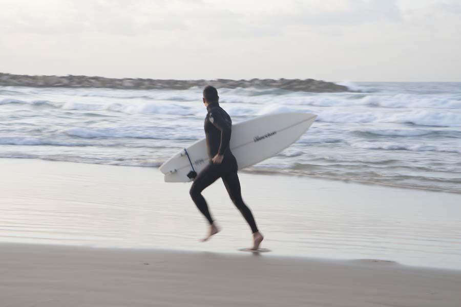 Surfer en la playa Hilton