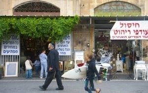 En Tel Aviv es fácil encontrar gente con tabla de surf por la calle