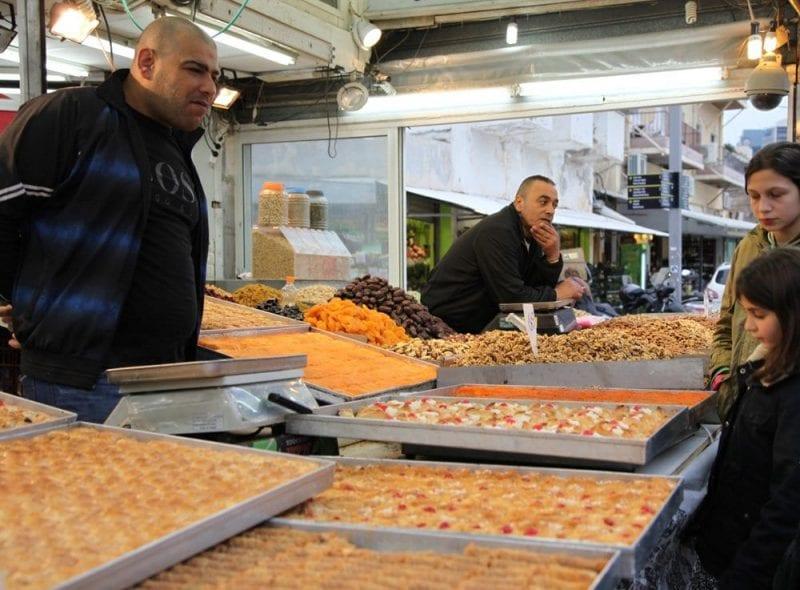 Puesto de dulces en el mercado del Carmelo