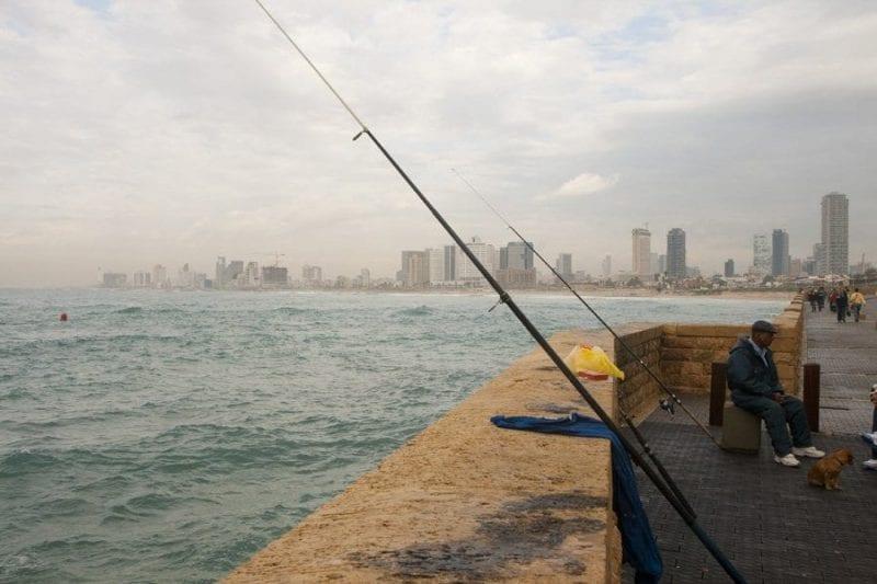 Pescadores al atardecer en el puerto de Jaffa