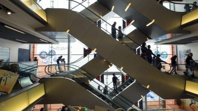 En Hong Kong modernos centros comerciales conviven con mercadillos