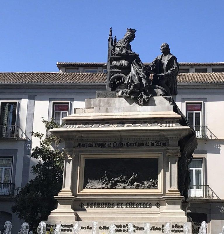 Monumento homenaje a la reina Isabel y Cristobal Colón, al final de la calle Reyes Católicos