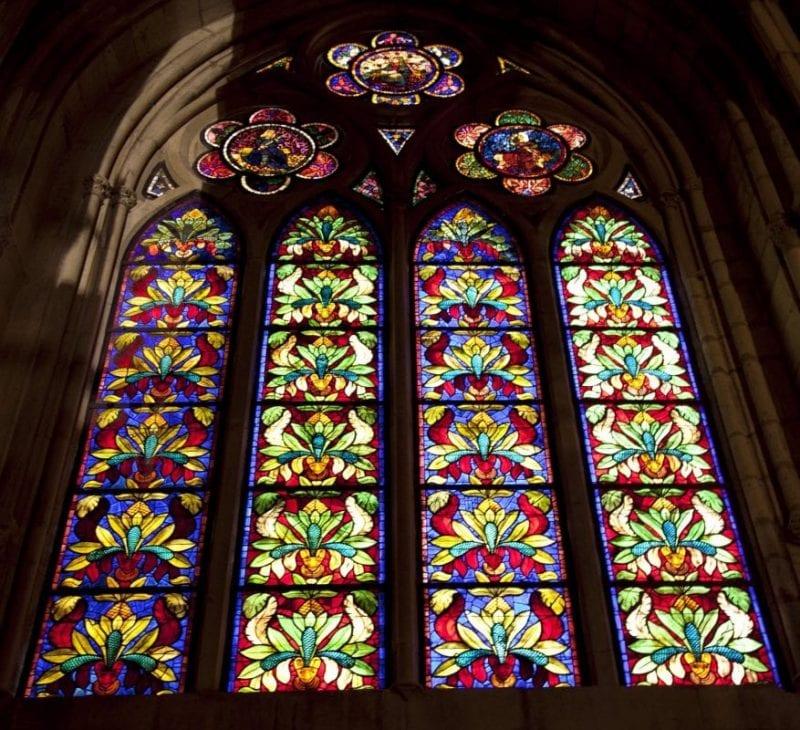 Detalle de una de las vidrieras de la catedral de León