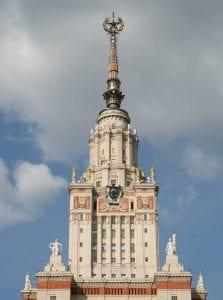 Rascacielos con las siglas CCCP en Moscú, levantado en los años de la dictadura de Stalin