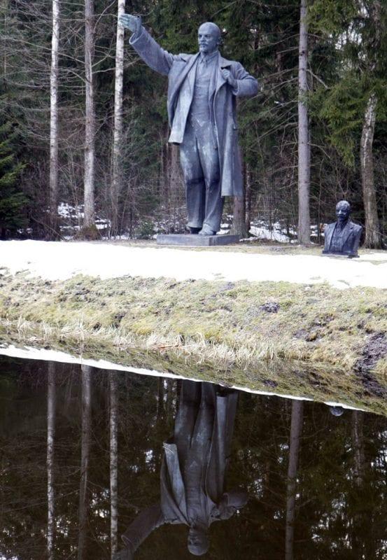 Escultura de Lenin en el parque Grutas
