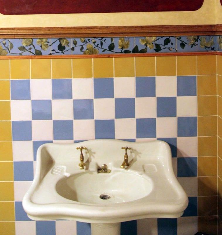 Detalle del lavabo y aseo en casa Vicens