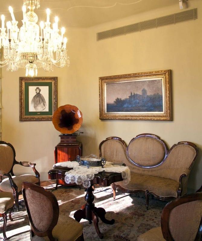 Detalle del salón del piso abierto al publico en la Pedrera